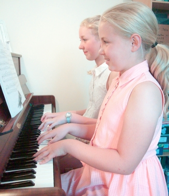 Piano duet played by pupils
